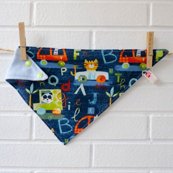 Babero triangular o bandana para bebé con tela de rizo por detrás. Hecho a mano.